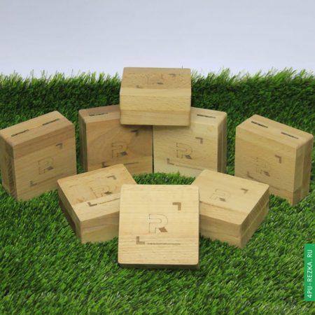 Сувенирная коробка для флешки из дерева